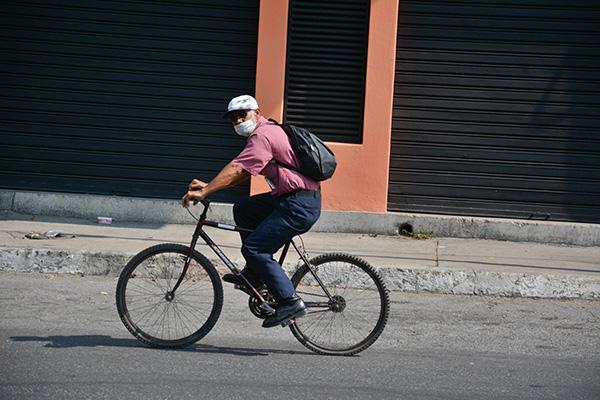 Trabajadores venezolanos laboran para sobrevivir