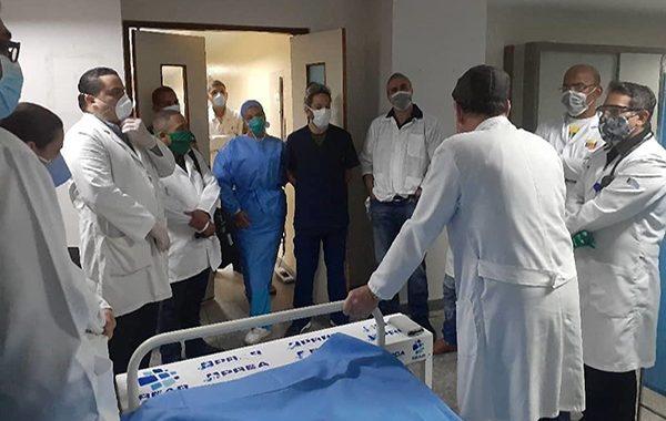 Muertes por COVID-19 en sector salud bajaron 61,11 % en octubre